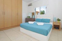 Спальня. Кипр, Пернера : Современная вилла с 3-мя спальнями, с бассейном, тенистой террасой с патио и барбекю, расположена в 800 метрах от пляжа Kalamies Beach