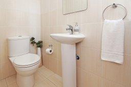Ванная комната. Кипр, Пернера : Современная вилла с 3-мя спальнями, с бассейном, тенистой террасой с патио и барбекю, расположена в 800 метрах от пляжа Kalamies Beach