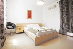 Спальня. Кипр, Каппарис : Удивительная вилла с 4-мя спальнями, 3-мя ванными комнатами, бассейном, тенистой террасой с патио и традиционным каменным барбекю, расположена на побережье в Каппарисе
