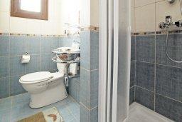 Ванная комната. Кипр, Каппарис : Удивительная вилла с 4-мя спальнями, 3-мя ванными комнатами, бассейном, тенистой террасой с патио и традиционным каменным барбекю, расположена на побережье в Каппарисе