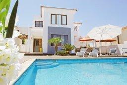 Фасад дома. Кипр, Каппарис : Удивительная вилла с 4-мя спальнями, 3-мя ванными комнатами, бассейном, тенистой террасой с патио и традиционным каменным барбекю, расположена на побережье в Каппарисе