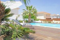 Бассейн. Кипр, Каппарис : Удивительная вилла с 4-мя спальнями, 3-мя ванными комнатами, бассейном, тенистой террасой с патио и традиционным каменным барбекю, расположена на побережье в Каппарисе