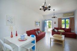 Гостиная. Кипр, Санрайз Протарас : Красивый апартамент с 2-мя спальнями, оформленный в традиционном архитектурном стиле Греческих островов