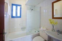 Ванная комната. Кипр, Санрайз Протарас : Красивый апартамент с 2-мя спальнями, оформленный в традиционном архитектурном стиле Греческих островов