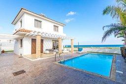 Фасад дома. Кипр, Пернера : Роскошная вилла с потрясающим видом на Средиземное море, с 3-мя спальнями, 2-мя ванными комнатами, бассейном, верандой с патио и барбекю, расположена на побережье у пляжа Polexenia Beach