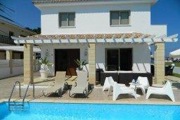 Бассейн. Кипр, Пернера : Роскошная вилла с потрясающим видом на Средиземное море, с 3-мя спальнями, 2-мя ванными комнатами, бассейном, верандой с патио и барбекю, расположена на побережье у пляжа Polexenia Beach