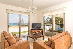 Гостиная. Кипр, Пернера : Роскошная вилла с потрясающим видом на Средиземное море, с 3-мя спальнями, 2-мя ванными комнатами, бассейном, верандой с патио и барбекю, расположена на побережье у пляжа Polexenia Beach