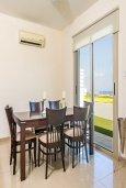 Обеденная зона. Кипр, Пернера : Роскошная вилла с потрясающим видом на Средиземное море, с 3-мя спальнями, 2-мя ванными комнатами, бассейном, верандой с патио и барбекю, расположена на побережье у пляжа Polexenia Beach