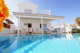 Фасад дома. Кипр, Каппарис : Потрясающая вилла с панорамным видом на Средиземное море, с 3-мя спальнями, 2-мя ванными комнатами, бассейном, тенистой террасой с патио и lounge-зоной, расположена на набережной в Каппарисе