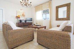 Гостиная. Кипр, Каппарис : Потрясающая вилла с панорамным видом на Средиземное море, с 3-мя спальнями, 2-мя ванными комнатами, бассейном, тенистой террасой с патио и lounge-зоной, расположена на набережной в Каппарисе