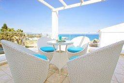 Патио. Кипр, Каппарис : Потрясающая вилла с панорамным видом на Средиземное море, с 3-мя спальнями, 2-мя ванными комнатами, бассейном, тенистой террасой с патио и lounge-зоной, расположена на набережной в Каппарисе