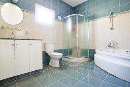 Ванная комната. Кипр, Каппарис : Потрясающая вилла с панорамным видом на Средиземное море, с 3-мя спальнями, 2-мя ванными комнатами, бассейном, тенистой террасой с патио и lounge-зоной, расположена на набережной в Каппарисе