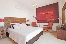 Спальня. Кипр, Каппарис : Потрясающая вилла с панорамным видом на Средиземное море, с 3-мя спальнями, 2-мя ванными комнатами, бассейном, тенистой террасой с патио и lounge-зоной, расположена на набережной в Каппарисе