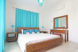 Спальня 2. Кипр, Каппарис : Потрясающая вилла с панорамным видом на Средиземное море, с 3-мя спальнями, 2-мя ванными комнатами, бассейном, тенистой террасой с патио и lounge-зоной, расположена на набережной в Каппарисе