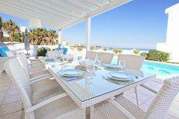 Зона отдыха у бассейна. Кипр, Каппарис : Потрясающая вилла с панорамным видом на Средиземное море, с 3-мя спальнями, 2-мя ванными комнатами, бассейном, тенистой террасой с патио и lounge-зоной, расположена на набережной в Каппарисе