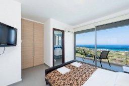 Спальня. Кипр, Лачи : Роскошная вилла с захватывающим панорамным видом на залив Chrysohou и гавань Latchi, с 3-мя спальнями, 3-мя ванными комнатами, с бассейном, уличным джакузи, тенистой террасой с патио и барбекю