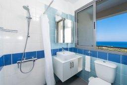 Ванная комната. Кипр, Лачи : Роскошная вилла с захватывающим панорамным видом на залив Chrysohou и гавань Latchi, с 3-мя спальнями, 3-мя ванными комнатами, с бассейном, уличным джакузи, тенистой террасой с патио и барбекю