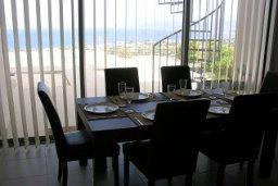 Обеденная зона. Кипр, Лачи : Роскошная вилла с захватывающим панорамным видом на залив Chrysohou и гавань Latchi, с 3-мя спальнями, 3-мя ванными комнатами, с бассейном, уличным джакузи, тенистой террасой с патио и барбекю