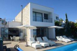 Вид на виллу/дом снаружи. Кипр, Лачи : Роскошная вилла с захватывающим панорамным видом на залив Chrysohou и гавань Latchi, с 3-мя спальнями, 3-мя ванными комнатами, с бассейном, уличным джакузи, тенистой террасой с патио и барбекю