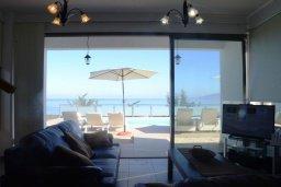 Гостиная. Кипр, Лачи : Роскошная вилла с захватывающим панорамным видом на залив Chrysohou и гавань Latchi, с 3-мя спальнями, 3-мя ванными комнатами, с бассейном, уличным джакузи, тенистой террасой с патио и барбекю