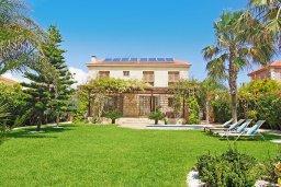 Фасад дома. Кипр, Ионион - Айя Текла : Потрясающая вилла с видом на Средиземное море, с 4-мя спальнями, 3-мя ванными комнатами, с бассейном, в окружении пышного зелёного сада, с тенистой террасой с патио и барбекю, расположена в уединенном месте на берегу моря