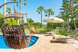 Зона отдыха у бассейна. Кипр, Ионион - Айя Текла : Потрясающая вилла с видом на Средиземное море, с 4-мя спальнями, 3-мя ванными комнатами, с бассейном, в окружении пышного зелёного сада, с тенистой террасой с патио и барбекю, расположена в уединенном месте на берегу моря