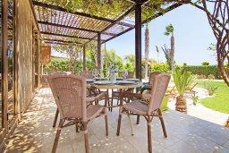Обеденная зона. Кипр, Ионион - Айя Текла : Потрясающая вилла с видом на Средиземное море, с 4-мя спальнями, 3-мя ванными комнатами, с бассейном, в окружении пышного зелёного сада, с тенистой террасой с патио и барбекю, расположена в уединенном месте на берегу моря