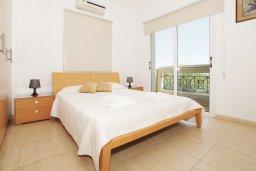 Спальня. Кипр, Коннос Бэй : Потрясающая вилла с видом на мыс Cape Greco, с 3-мя спальнями, с большим бассейном, потрясающим садом с пальмами, цветами и прекрасным видом на море