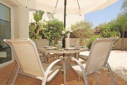 Терраса. Кипр, Коннос Бэй : Потрясающая вилла с видом на мыс Cape Greco, с 3-мя спальнями, с большим бассейном, потрясающим садом с пальмами, цветами и прекрасным видом на море