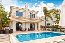 Вид на виллу/дом снаружи. Кипр, Каппарис : Великолепная вилла с видом на Средиземное море, с 4-мя спальнями, с бассейном, солнечной террасой с lounge-зоной, барбекю, расположена в 150 метрах от пляжа Malama beach