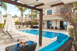 Зона отдыха у бассейна. Кипр, Каппарис : Великолепная вилла с видом на Средиземное море, с 4-мя спальнями, с бассейном, солнечной террасой с lounge-зоной, барбекю, расположена в 150 метрах от пляжа Malama beach