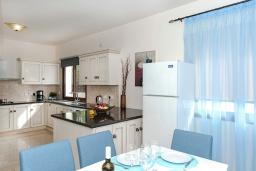 Кухня. Кипр, Каппарис : Великолепная вилла с видом на Средиземное море, с 4-мя спальнями, с бассейном, солнечной террасой с lounge-зоной, барбекю, расположена в 150 метрах от пляжа Malama beach
