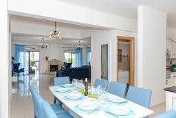 Обеденная зона. Кипр, Каппарис : Великолепная вилла с видом на Средиземное море, с 4-мя спальнями, с бассейном, солнечной террасой с lounge-зоной, барбекю, расположена в 150 метрах от пляжа Malama beach