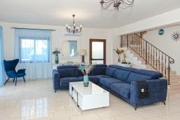 Гостиная. Кипр, Каппарис : Великолепная вилла с видом на Средиземное море, с 4-мя спальнями, с бассейном, солнечной террасой с lounge-зоной, барбекю, расположена в 150 метрах от пляжа Malama beach