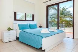 Спальня. Кипр, Каппарис : Великолепная вилла с видом на Средиземное море, с 4-мя спальнями, с бассейном, солнечной террасой с lounge-зоной, барбекю, расположена в 150 метрах от пляжа Malama beach