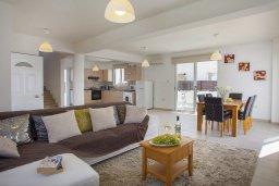 Гостиная. Кипр, Пернера : Прекрасная вилла с 3-мя спальнями, с бассейном, солнечной террасой с патио и барбекю, расположена около пляжа Pernera Beach