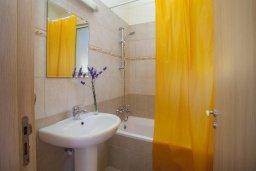 Ванная комната. Кипр, Пернера : Прекрасная вилла с 3-мя спальнями, с бассейном, солнечной террасой с патио и барбекю, расположена около пляжа Pernera Beach