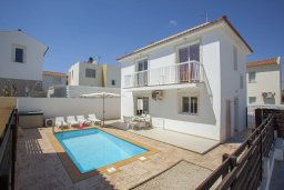 Фасад дома. Кипр, Пернера : Прекрасная вилла с 3-мя спальнями, с бассейном, солнечной террасой с патио и барбекю, расположена около пляжа Pernera Beach