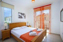 Спальня. Кипр, Пернера : Прекрасная вилла с 3-мя спальнями, с бассейном, солнечной террасой с патио и барбекю, расположена около пляжа Pernera Beach