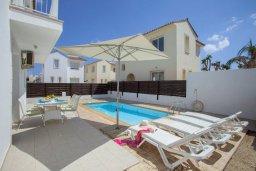 Зона отдыха у бассейна. Кипр, Пернера : Прекрасная вилла с 3-мя спальнями, с бассейном, солнечной террасой с патио и барбекю, расположена около пляжа Pernera Beach