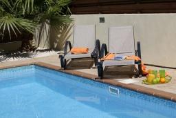 Зона отдыха у бассейна. Кипр, Пернера : Уютная двухэтажная вилла с  3-мя спальнями, с частным бассейном, садом и барбекю
