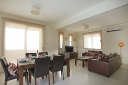Гостиная. Кипр, Пернера : Уютная двухэтажная вилла с  3-мя спальнями, с частным бассейном, садом и барбекю