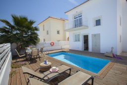 Фасад дома. Кипр, Пернера : Потрясающая вилла с 3-мя спальнями, с бассейном, солнечной террасой с патио и барбекю, расположена около пляжа Pernera Beach