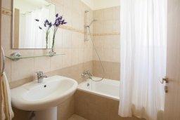 Ванная комната. Кипр, Пернера : Потрясающая вилла с 3-мя спальнями, с бассейном, солнечной террасой с патио и барбекю, расположена около пляжа Pernera Beach