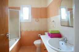 Ванная комната. Кипр, Пернера : Уютная вилла с 2-мя спальнями, открытым бассейном, зеленым садом и и солнечной террасой с барбекю