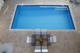 Зона отдыха у бассейна. Кипр, Фиг Три Бэй Протарас : Новая двухэтажная вилла с 3-мя спальнями,  с большим бассейном и террасой, в окружении деревьев и растений