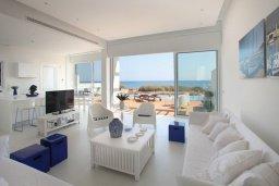 Гостиная. Кипр, Пернера : Уникальная и современная вилла в греческом стиле с панорамным видом на Средиземное море, с 5-ю спальнями, с бассейном, тенистой террасой с патио и барбекю, расположенная на побережье около пляжа Crystal Springs Beach