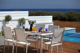 Патио. Кипр, Пернера : Уникальная и современная вилла в греческом стиле с панорамным видом на Средиземное море, с 5-ю спальнями, с бассейном, тенистой террасой с патио и барбекю, расположенная на побережье около пляжа Crystal Springs Beach