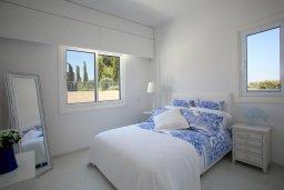 Спальня. Кипр, Пернера : Уникальная и современная вилла в греческом стиле с панорамным видом на Средиземное море, с 5-ю спальнями, с бассейном, тенистой террасой с патио и барбекю, расположенная на побережье около пляжа Crystal Springs Beach