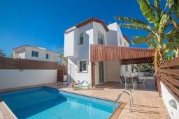Вид на виллу/дом снаружи. Кипр, Пернера : Очаровательная вилла с 2-мя спальнями, с бассейном, тенистой террасой с патио и барбекю, расположена в 650 метрах от пляжа Kalamies Beach